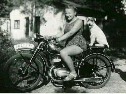 Ten sam motor, to samo miejsce, ta sama dziewczyna, 71 lat później