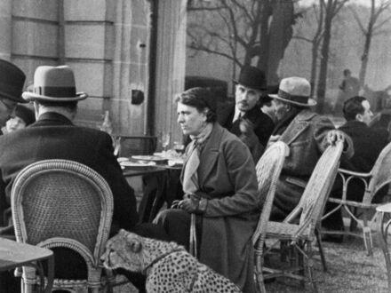 Kobieta siedząca ze swoim gepardem, pijąca herbatę w kawiarni Bois de Boulogne, Paryż, 1963