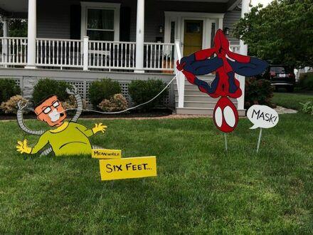 Sąsiad ma na swoim trawniku przypomnienie o dystansie społecznym