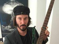 Keanu Reeves i jego gitara basowa z Matrixa