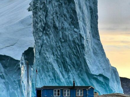 Góra lodowa przepływa w pobliżu Grenlandii