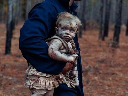 Ojciec i córka na sesji zdjęciowej w lesie