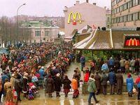Otwarcie pierwszego McDonalda w Rosji w 1990 roku