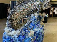 Rzeźba łososia zbudowana ze śmieci znalezionych na plaży