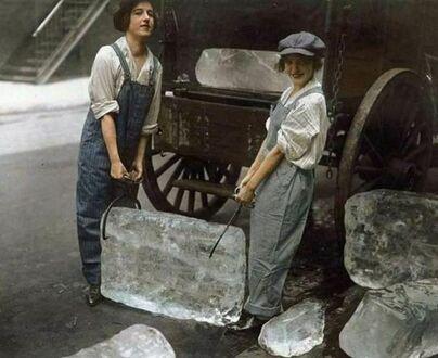 Para dziewczyn dostarcza lód na Dolny Manhattan, Nowy Jork, 1918
