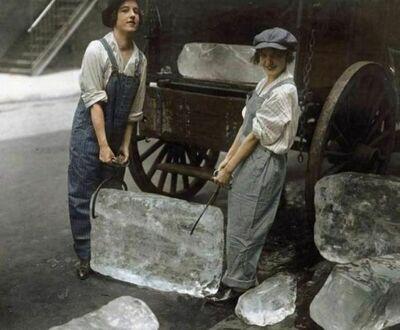 Kobiety dostarczające lód, 1918, koloryzowane