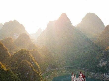 Zamek w górach Guizhou, Chiny