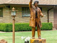 Rzeźba z drewna porucznika Columbo