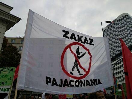Uniwersalny transparent przydatny na każdym proteście czy marszu