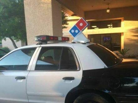 Po godzinach dorabiają jako dostawcy pizzy