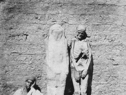 Uliczny handlarz sprzedaje mumie w Egipcie, około 1865