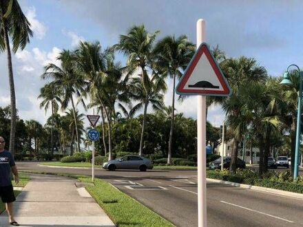 Uwaga Grubasy na chodniku