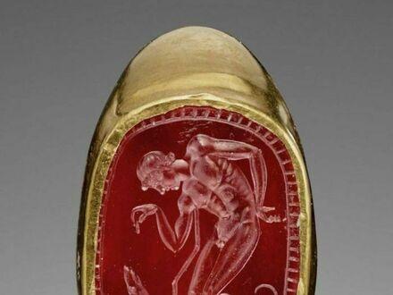 Rzymski pierścionek z wygrawerowanym klejnotem karneolu przedstawiającym młodzieńca i jego psa, datowany na III-II wiek przed naszą erą