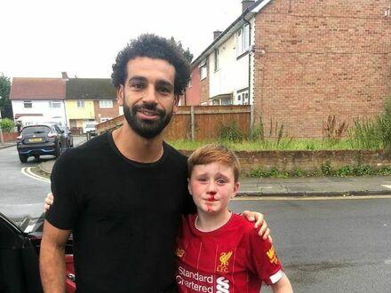 Chłopak z takim zapałem ścigał swojego idola, Mohameda Salaha z Liverpool FC, że rozbił nos o latarnię