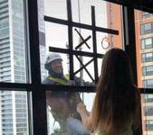 Pracownik myjący okna poprawił dzień małej pacejntce