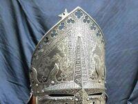 Grawerowany hełm biskupa z XIII wieku