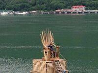 Zamiast żelaznego jest drewniany tron