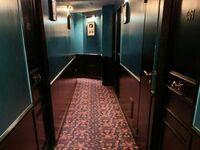 Niby zwykły korytarz w hotelu, a jednak nie do końca