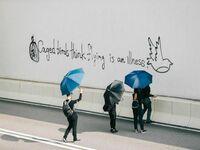 Ptaki w klatce myślą, że latanie jest chorobą - graffiti z Hong Kongu