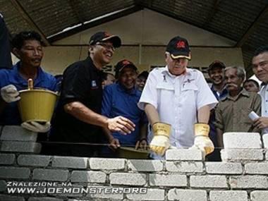 Premier Malezji kiepskim murarzem jest