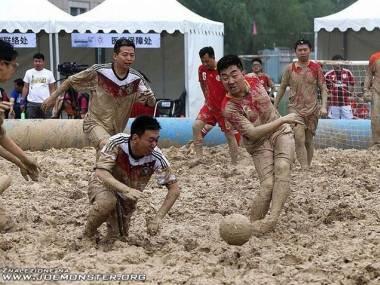 Turniej piłki nożnej w błocie rozegrany został w 2014 roku w Chinach