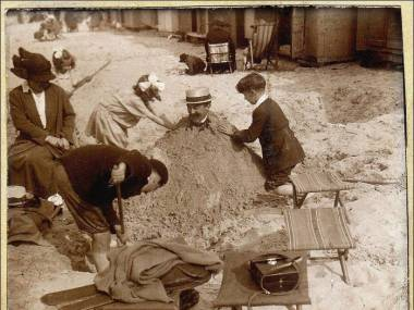 Zabawy na plaży sprzed wieku