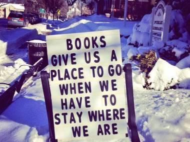 Książki zapewniają nam miejsce do którego możemy się udać, gdy musimy zostać tu gdzie jesteśmy