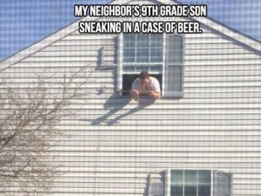 Syn sąsiada przemycający skrzynkę piwa