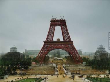Pokolorowane zdjecie wykonane podczas montażu wieży Eiffela