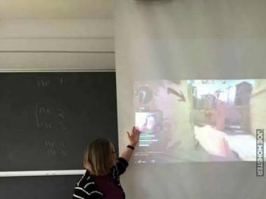 Koleś nie poszedł do szkoły i grał w sieci. Ktoś z klasy go zauważył i wrzucił na rzutnik