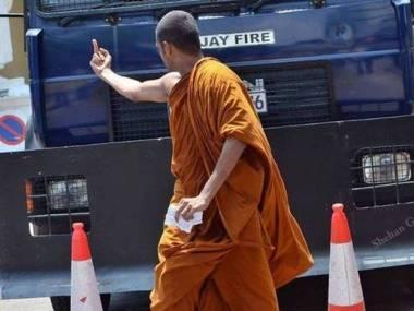 Mnisi też czasem tracą cierpliwość