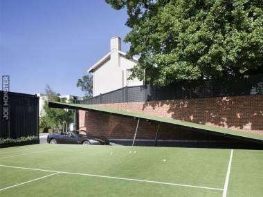 Kto bogatemu zabroni mieć garaż pod kortem tenisowym?