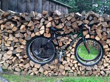 Brat miał pomagać układać drewno, ale olał sprawę. To jego rower...