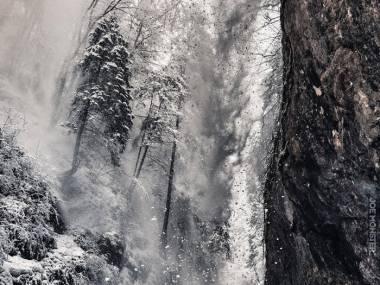 Przejazd samochodem podczas lawiny w rumuńskich górach