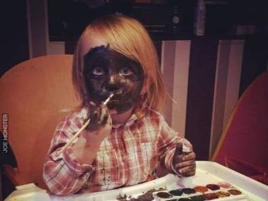 Mamusia tak sobie robi makijaż