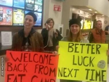 Przywitały koleżankę na lotnisku
