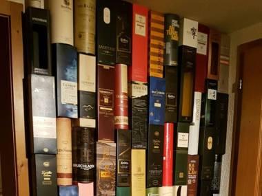 To nie jest biblioteczka, tylko kolekcja opakowań po whisky