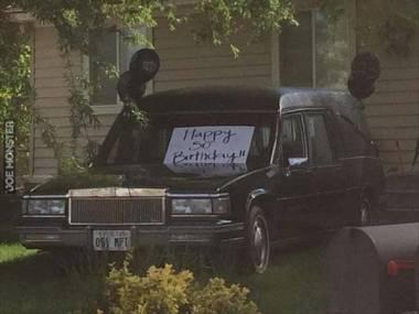 Dwuznacznie brzmią życzenia urodzinowe na karawanie