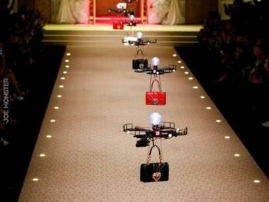 Nowoczesny pokaz mody zorganizowany przez firmę Dolce & Gabbana - w sumie mają w sobie tyle samo emocji co nowoczesne modelki