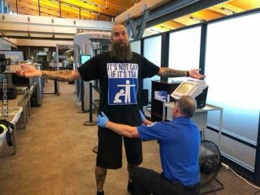 Przeszukanie przez TSA, nie robi za mnie geja