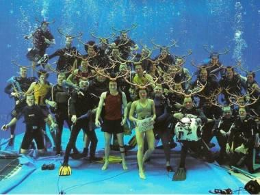 Ekipa filmowa kręcąca sceny podwodne do Harrego Pottera i Czary Ognia zrobiła pamiątkowe zdjęcie. Daniel Radcliffe podorabiał każdemu w Photoshopie rogi i nos Rudolfa, i wysłał to zdjęcie jako kartkę bożonarodzeniową