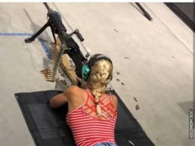Zajęła stabilną postawę strzelecką