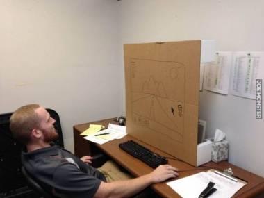 Zabrali mu monitor w pracy, więc musiał improwizować