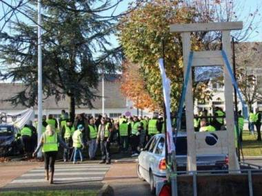 Protestujacy we Francji chcą wrócić do metod rozwiązywania problemów z czasów rewolucji