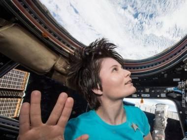 Astronautka Samantha Cristoforetti na ISS, ubrana w koszulkę ze Star Treka i pokazująca salut wolkański