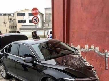 Niemiecki samochód kontra turecka ściana