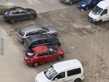 Zamontowali blokadę na miejsca parkingowe, na które można wjechać z obu stron