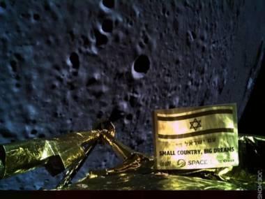 Dwa selfiki zrobione przez izraelską sondę Beresheet na orbicie Księżyca, wkrótce przed nieudaną próbą lądowania