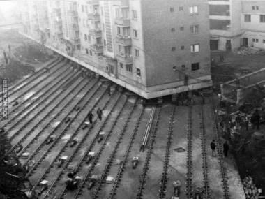 W 1987 roku w Rumunii przesunięto o 55 m budynek ważący 7600 ton ale najpierw przecięto go na pół