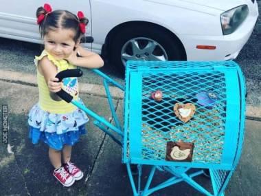 Mała kocha kurczaki, więc tatuś zrobił dla niej specjalną spacerówkę